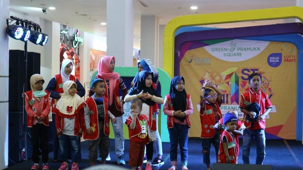 berbagi bersama anak YKAKI oleh green pramuka square
