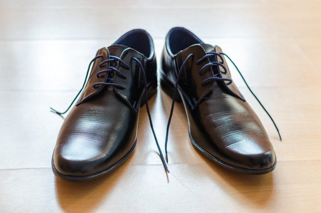 cara merawat sepatu pria berbahan kulit